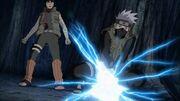 Kakashi utiliza el Cortador de Relámpago para proteger a Guy
