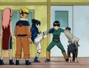 Lee detiene las patadas de Sasuke y el matón