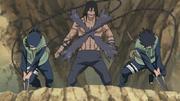 Kakuzu es cortado por Kotetsu e Izumo