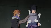 Jūgo utiliza la Energía Natural para expulsar a los Zetsus del cuerpo de Sasuke
