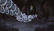 Kiba y Akamaru atacan a Shino
