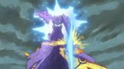 Sasuke con el Susanoo golpea al Clon en Modo Bestia con Cola de Naruto