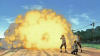 …który podpala, doprowadzając do wybuchu.