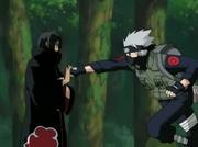 Itachi detiene un puñetazo de Kakashi