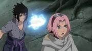 Sasuke tratando de apuñalar a Sakura con su Chidori
