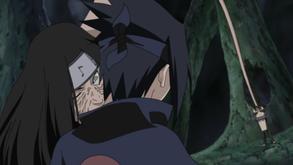 Orochimaru morde Sasuke