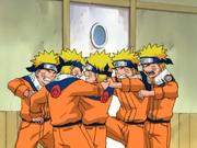 Clones de Naruto brigando
