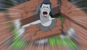Kisame usando pura fuerza física para destruir el Cepo de Madera