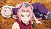 Sakura tenta proteger Ino