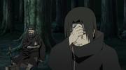 Jūzō gravemente ferido conversando com Itachi