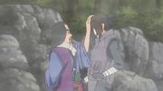 Harusame põe a mão na cabeça de Utakata