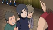 Saisu e seus amigos se escondem atrás de Itachi