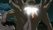 Killer B, transformado en Gyūki, y Naruto golpean a la Estatua