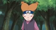 Moegi asustada al ver a ninjas sospechosos en el bosque