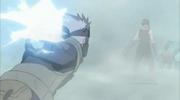 Kakashi ataca a Zabuza con su Raikiri