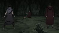Kabuto es descubierto por Itachi y Sasuke