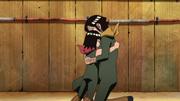 Daï serrant son fils dans ses bras