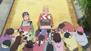 Konohamaru ayuda a Naruto con sus regalos