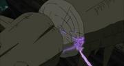 Sasuke con su Susanoo corta una raíz de Shinju