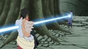 Sasuke atraviesa a Karin y Danzō con su Chidori Eisō