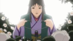 Mãe de Yukimaru entrega a seu filho um colar