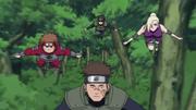 Aoba y el resto de Shōtai Nijū yéndose a ayudar al Equipo de Asuma