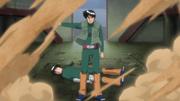 Guy evitando que la arena de Gaara mate a Lee
