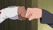 B e Naruto batem os punhos