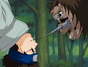 Shino detiene la cabeza de Karasu