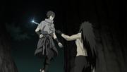 Madara atraviesa a Sasuke con su Chokutō
