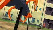 Shikamaru protege a Kurenai atravesando al Ciempiés con el Jutsu de Costura de Sombra