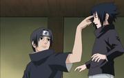 Itachi golpea la frente de Sasuke, algo que hacía con regularidad