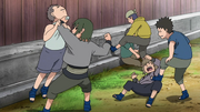 Os agressores atacando o grupo de Itachi