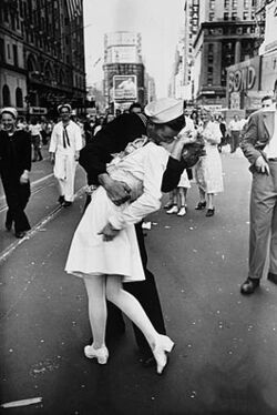 Legendary kiss V–J day in Times Square Alfred Eisenstaedt