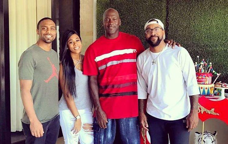 Foto di famiglia di giocatore di basket, sposata con Yvette Prieto, celebre per Led Chicago Bulls to 6 NBA Championship wins.
