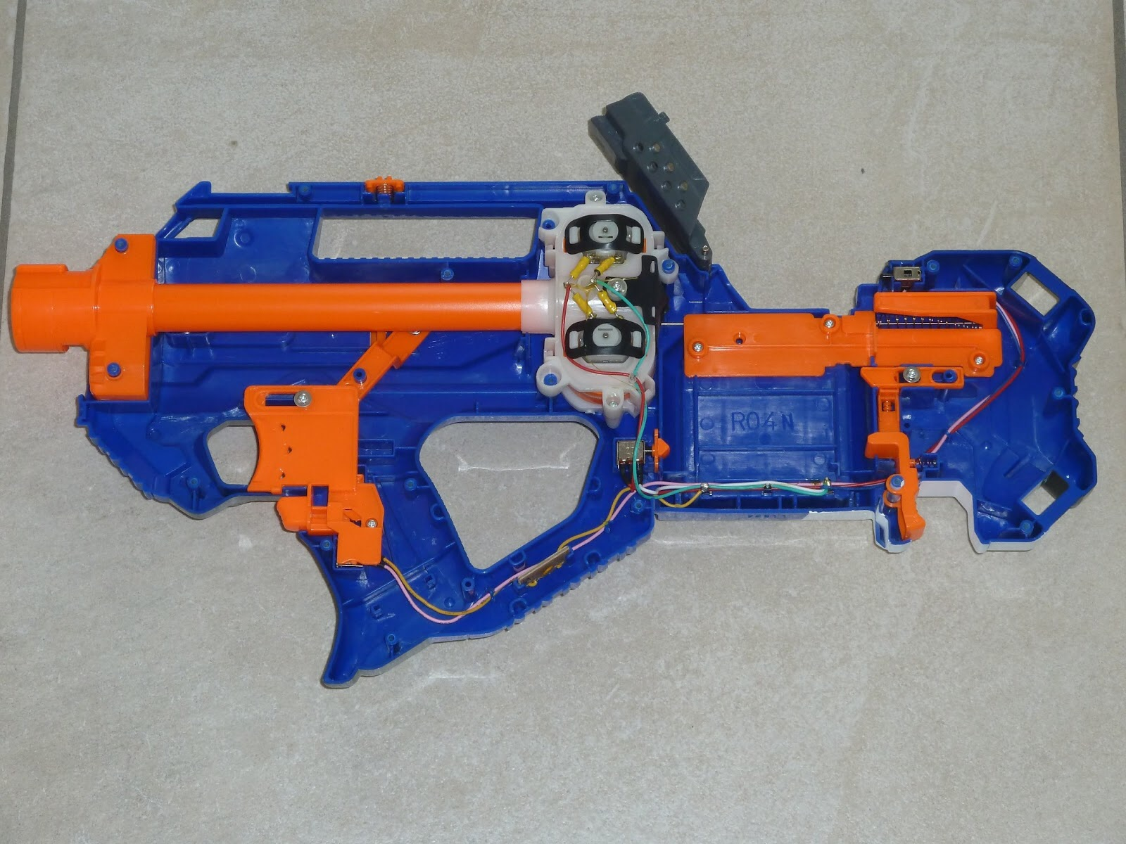 The internals of the Rayven CS 18 are a little bit sub standard for a blaster with flywheels as the Rayven is of the bullpup type It has a firing trigger