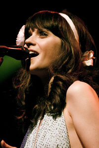 400px-Zooey Deschanel of She & Him @ Terminal 5 08