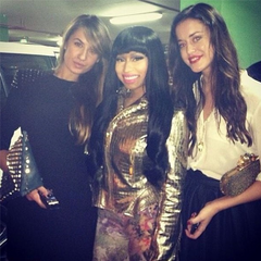 Nicki with 2 fans!!!