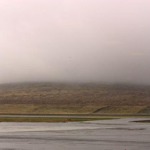 Zamglone wzgórza wokół lotniska
