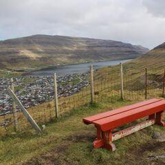 Głęboka zatoka otoczona wysokim pasmem wzgórz chroni Klaksvík przed wiatrem od strony południowej