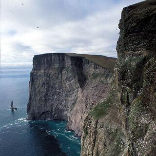 Skaliste wybrzeże wyspy <a class=