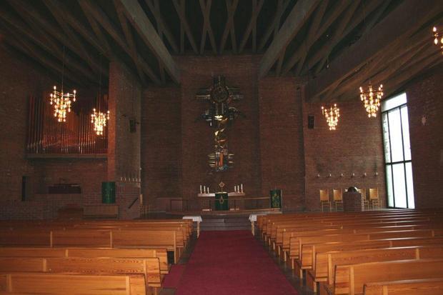 File:Lambertseter kirke inne.jpg