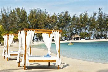 File:Beds on the beach.jpg