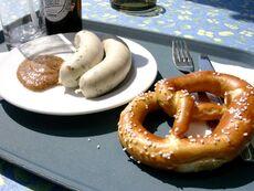 Weißwurst mit Laugenbrezel und Senf
