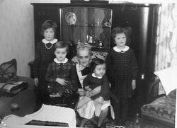 Martha Oelfke mit Enkelkindern