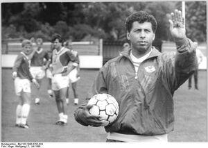 Bundesarchiv Bild 183-1990-0702-024, Chemie Böhlen, Trainer Jimmy Hartwig