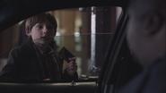 1x01 Henry Mills carte de crédit volée institutrice Mary Margaret Blanchard demande chauffeur de taxi entrée gare routière Boston