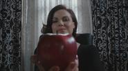 6x22 Regina Mills pomme rouge main sourire fin heureuse