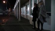 4x14 Rues Storybrooke bibliothèque Regina Maléfique prêtes pour la soirée Emma Swan véhicule au loin