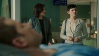 2x17 Mary Margaret Blanchard David Nolan John Doe allongé lit hôpital Storybrooke Regina Mills souvenirs effacés